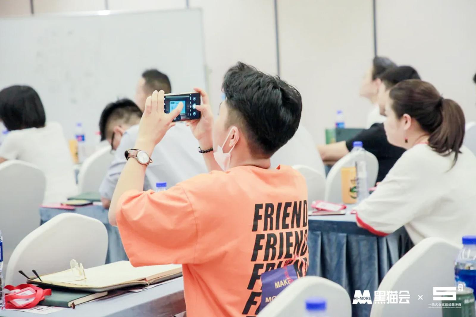 杭州学员在交流会课堂拍照