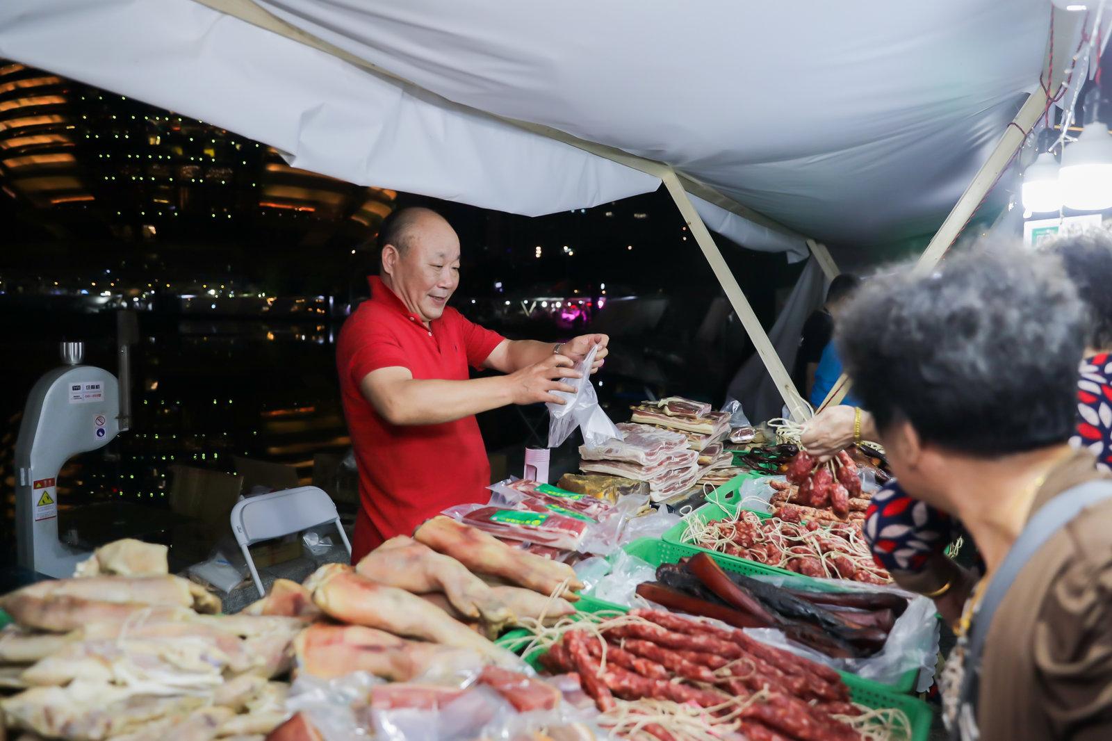 市民在杭州丰收夜市采购农产品