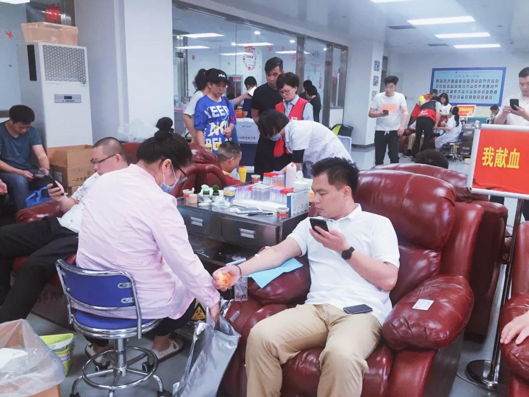 伍会议董事长参加献血