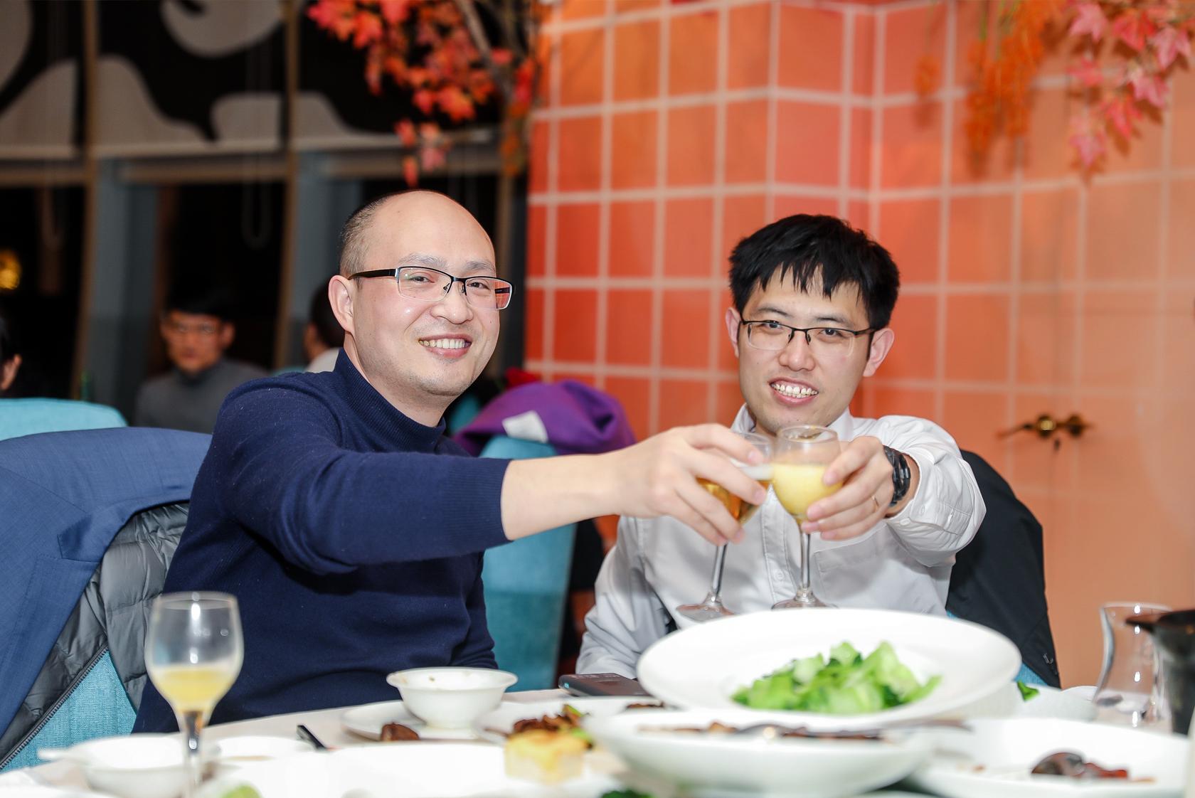 邓叔和彪哥碰杯