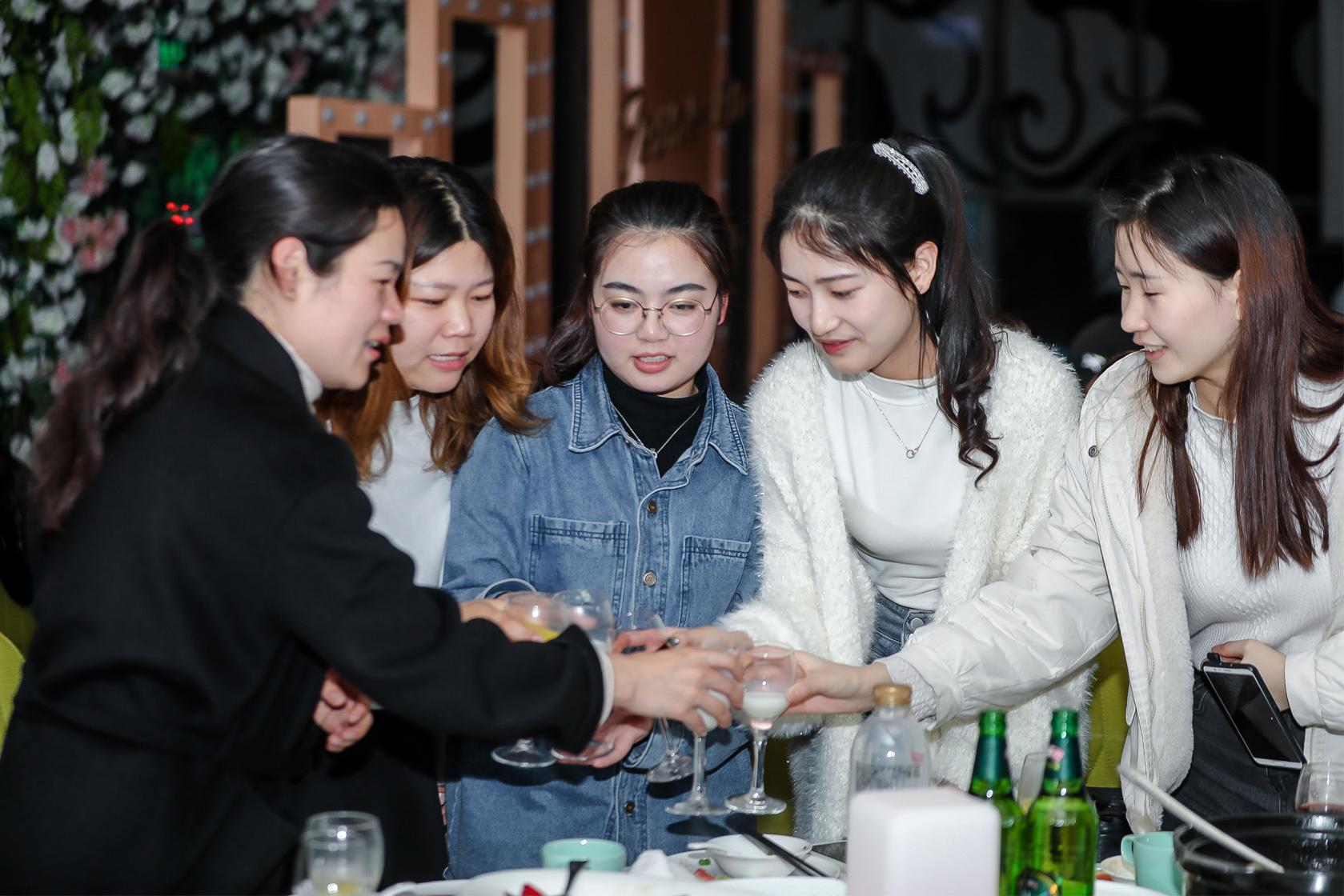 三八妇女节女性同事们喝酒共祝