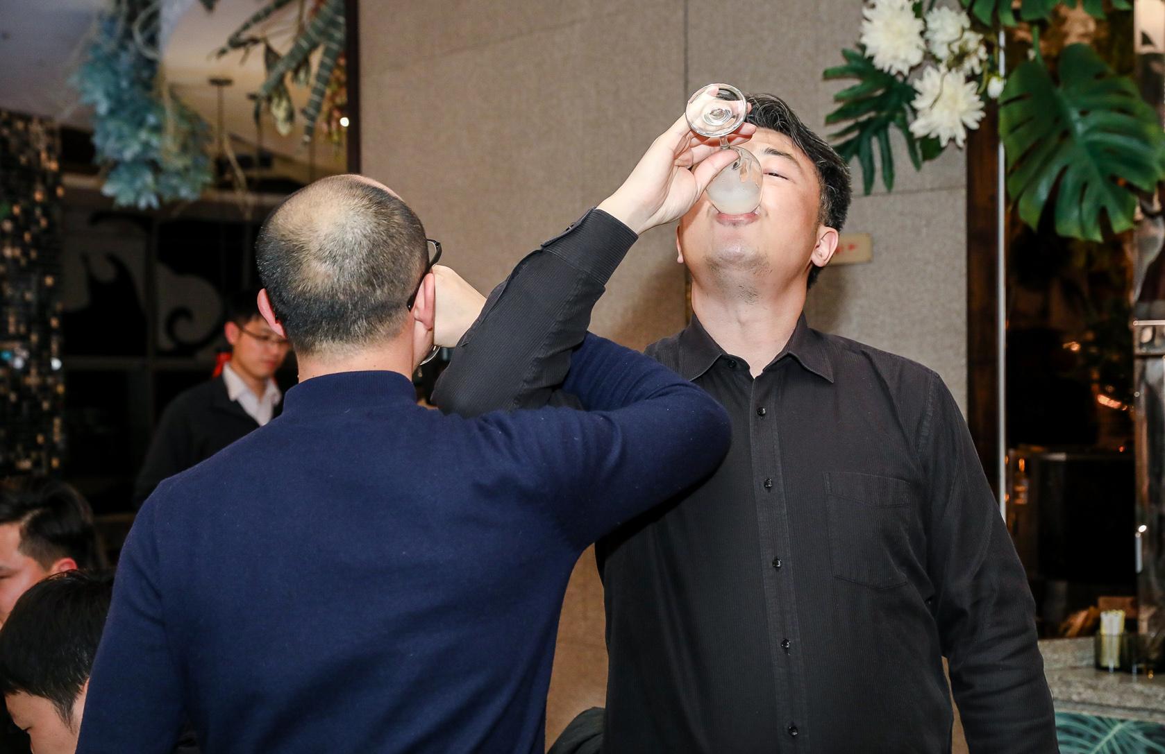 郭院长和邓叔喝交杯酒