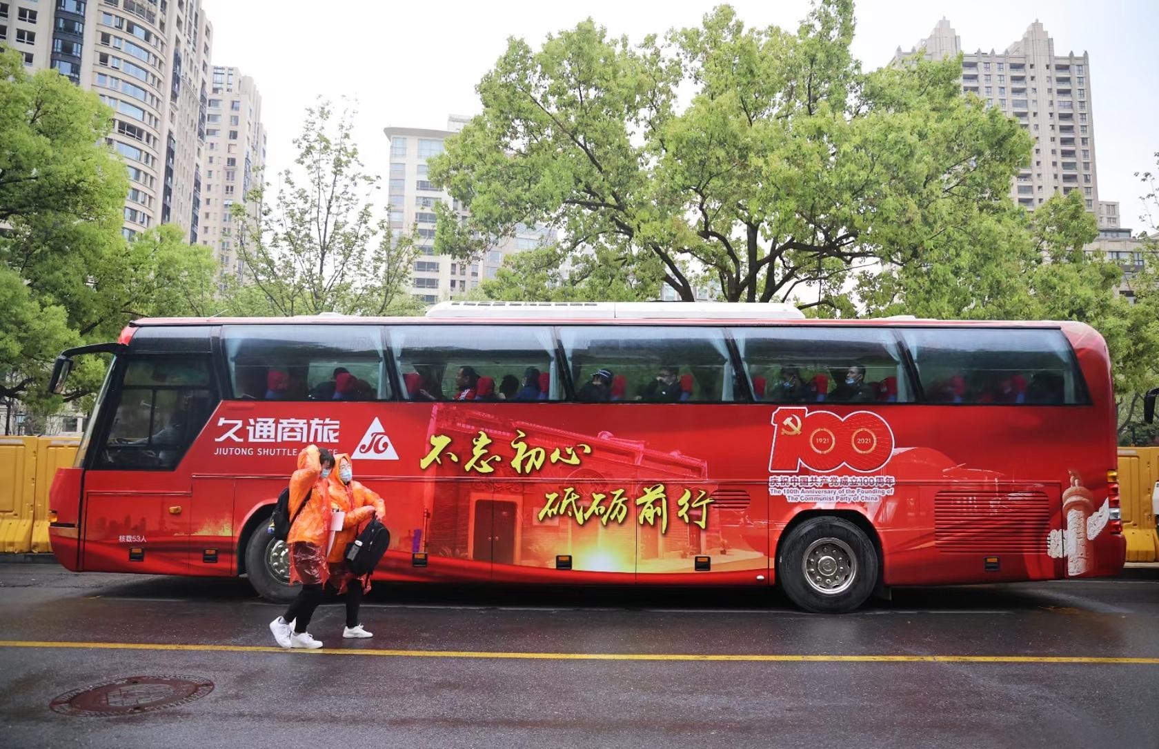 """""""建党100周年""""字样的红色旅游专车"""