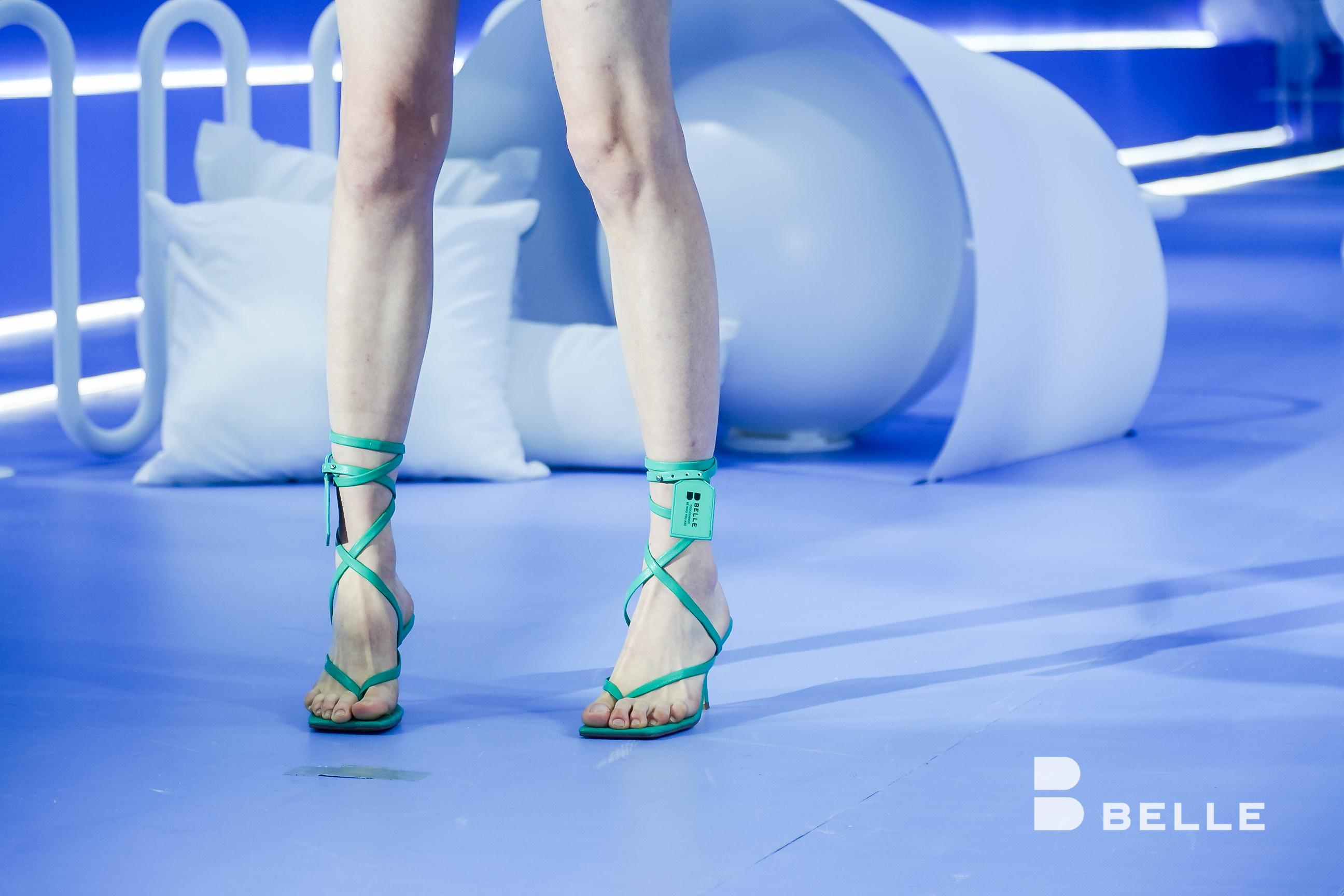 新品鞋子模特脚部特写