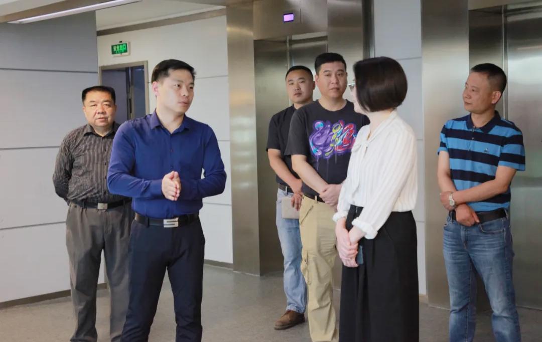 伍方董事长滕庆磊向王国珍等领导汇报工作
