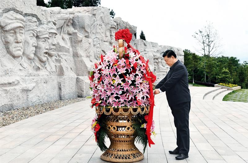 习近平在红军长征湘江战役纪念园向湘江战役红军烈士敬献花篮