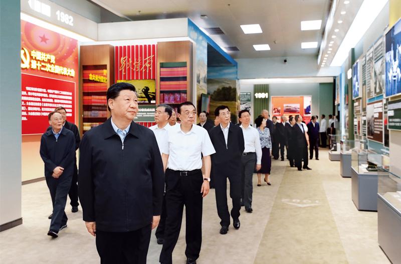 """习近平等党和国家领导人在北京展览馆参观""""伟大历程 辉煌成就――庆祝中华人民共和国成立70周年大型成就展"""""""